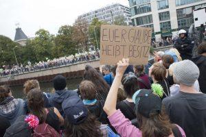 Hier wird die Trennung greifbar: Konfrontation zwischen Linken und Abtreibungsgegner*innen an der Friedrichstraße. Foto: Pascal Böhme